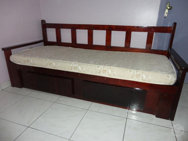 Sofa bi cama de madeira com dois colchoes vazlon brasil for Sofa que vira beliche
