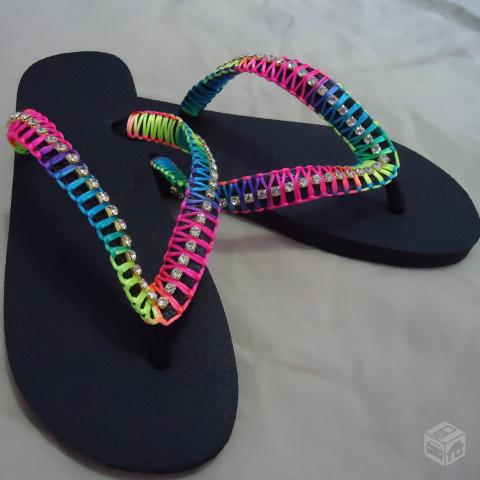 Sandalias decoradas com strass