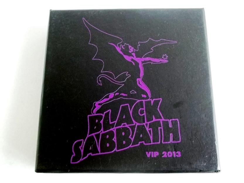 Caixa oficial do Black Sabbath personalizada com 4 bottons