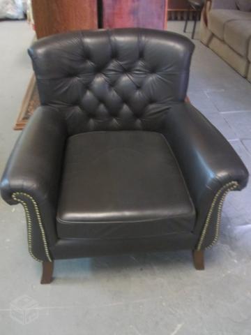 Sofa e poltrona em couro almofadado estilo chesterfield for Poltrona chesterfield