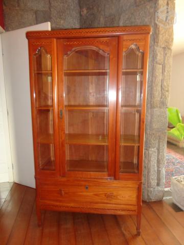 estante de livros com porta de vidro de madeira em  Vazlon Brasil