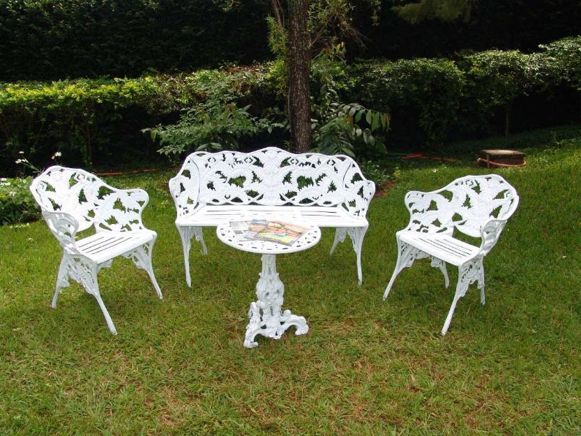 banco de jardim em ferro fundido : banco de jardim em ferro fundido:em ferro fundido mesa redonda com uma namoradeira e duas cadeiras em