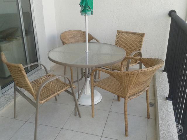 mesa jardim guarda sol:mesa com cadeiras e guarda sol semi novos mesa redonda com tampo de