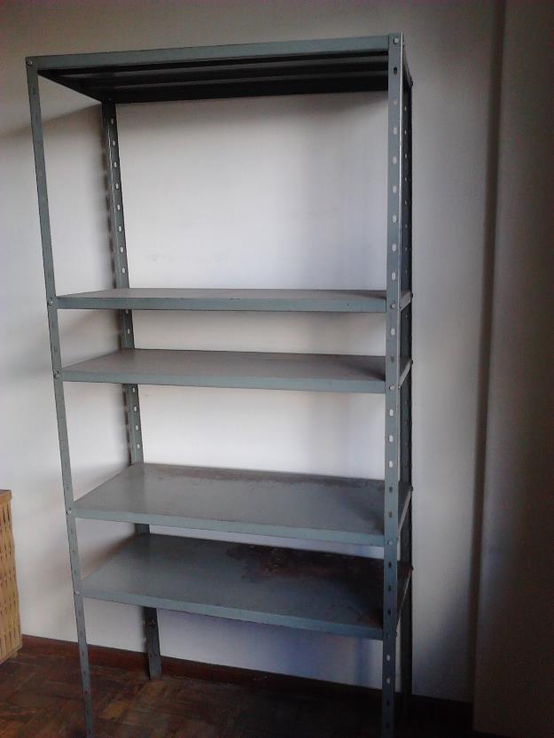 Duas estantes de metal usadas precisando apenas de - Estantes de metal ...