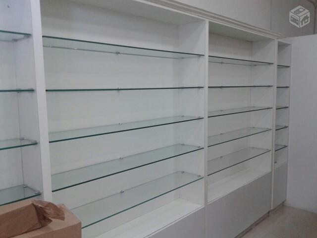 de vidro para loja r duas estantes iguais de vidro com fundo de ...