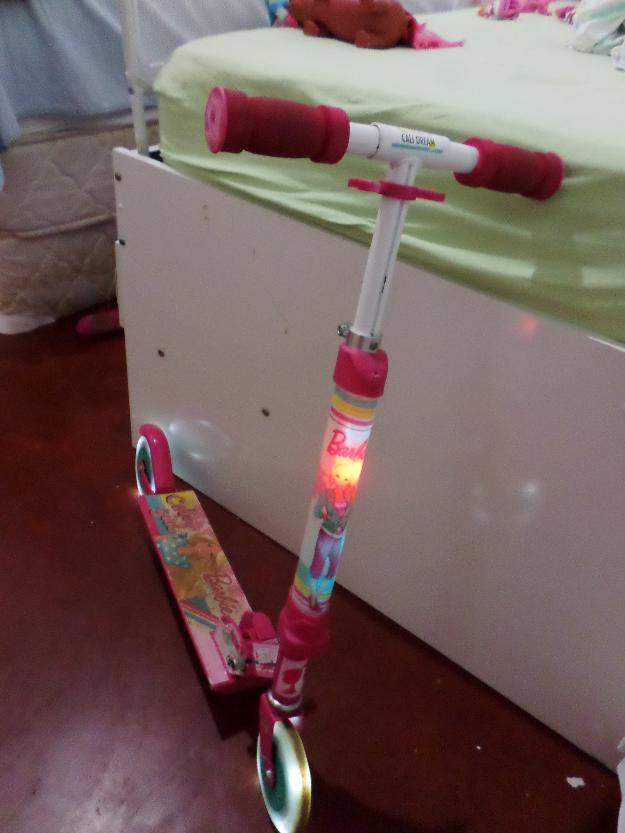 Patinete Astro Toy Barbie rosa com luzes de LED frontal e na