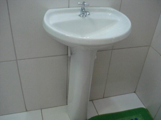 pia para banheiro eternit com coluna e torneira de metal  Vazlon Brasil -> Pia De Banheiro Eternit