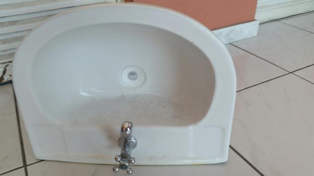 pia para banheiro branca com coluna torneira inox  Vazlon Brasil -> Pia De Banheiro Com Coluna