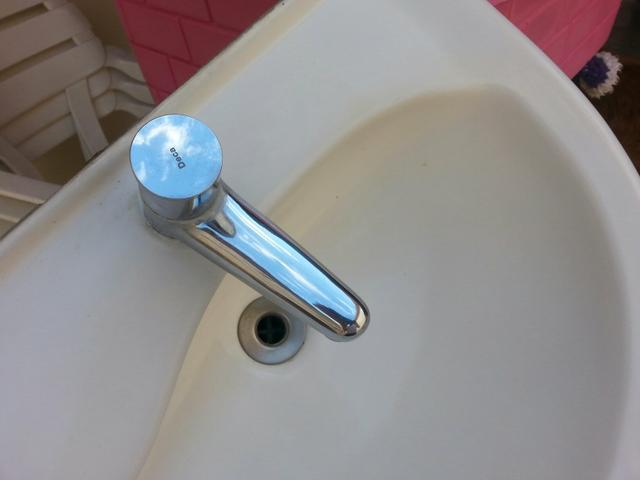 pia branca de banheiro com torneira  Vazlon Brasil # Torneira Eletrica Para Pia De Banheiro