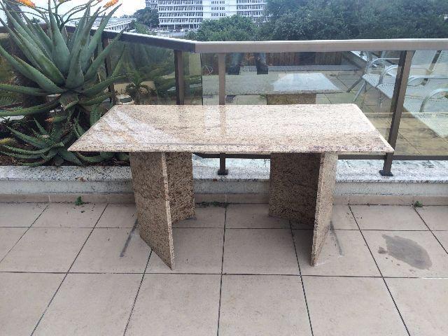 Linda mesa com tampao de granito cinza com preto vazlon - Mesa de granito ...
