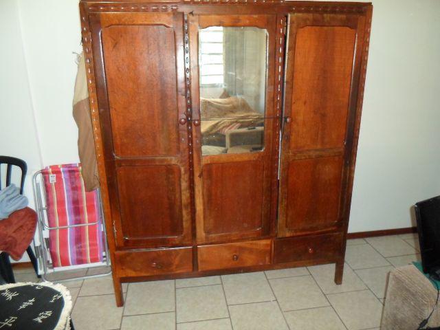 Restaurar Guarda Roupa Antigo : Um guarda roupa e uma petiadeira de madeira moveis antigos