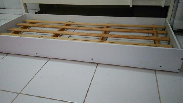 Mesa auxiliar de formato peculiar com vao central e gaveta - Mesa auxiliar cama ...