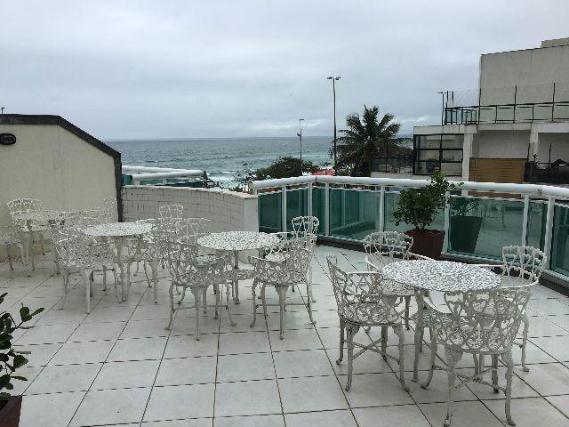 mesa jardim curitiba:de mesa e cadeiras de ferro na cor branca vendo lindo conjunto de mesa