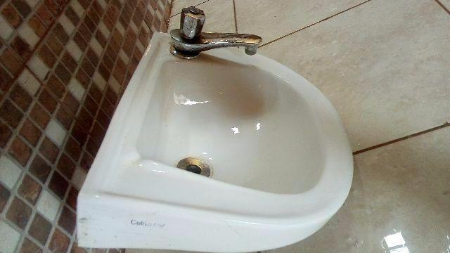 pia branca de banheiro com torneira  Vazlon Brasil -> Pia De Banheiro Semi Nova