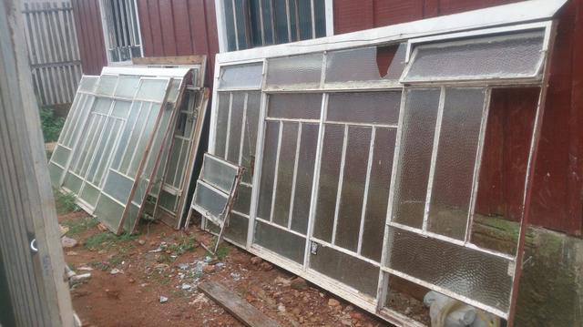 Janela otima ferro puro com vidros duas janelas vazlon for Vendo capannone in ferro