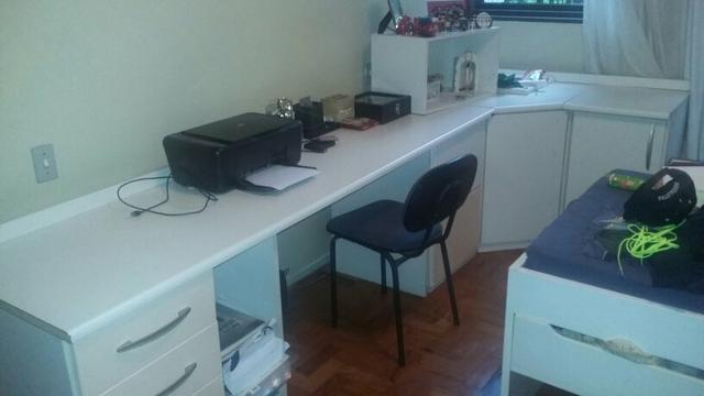 mesa tipo bancada para escritorio com armarios no formato