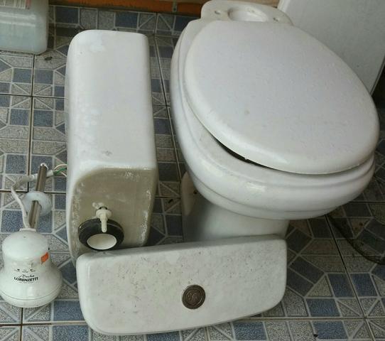 banheiro com armario granito pia chuveiro vaso  Vazlon Brasil -> Kit Banheiro Simples